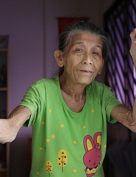 81-year-old gets award for helping to put out Jurong flat fire