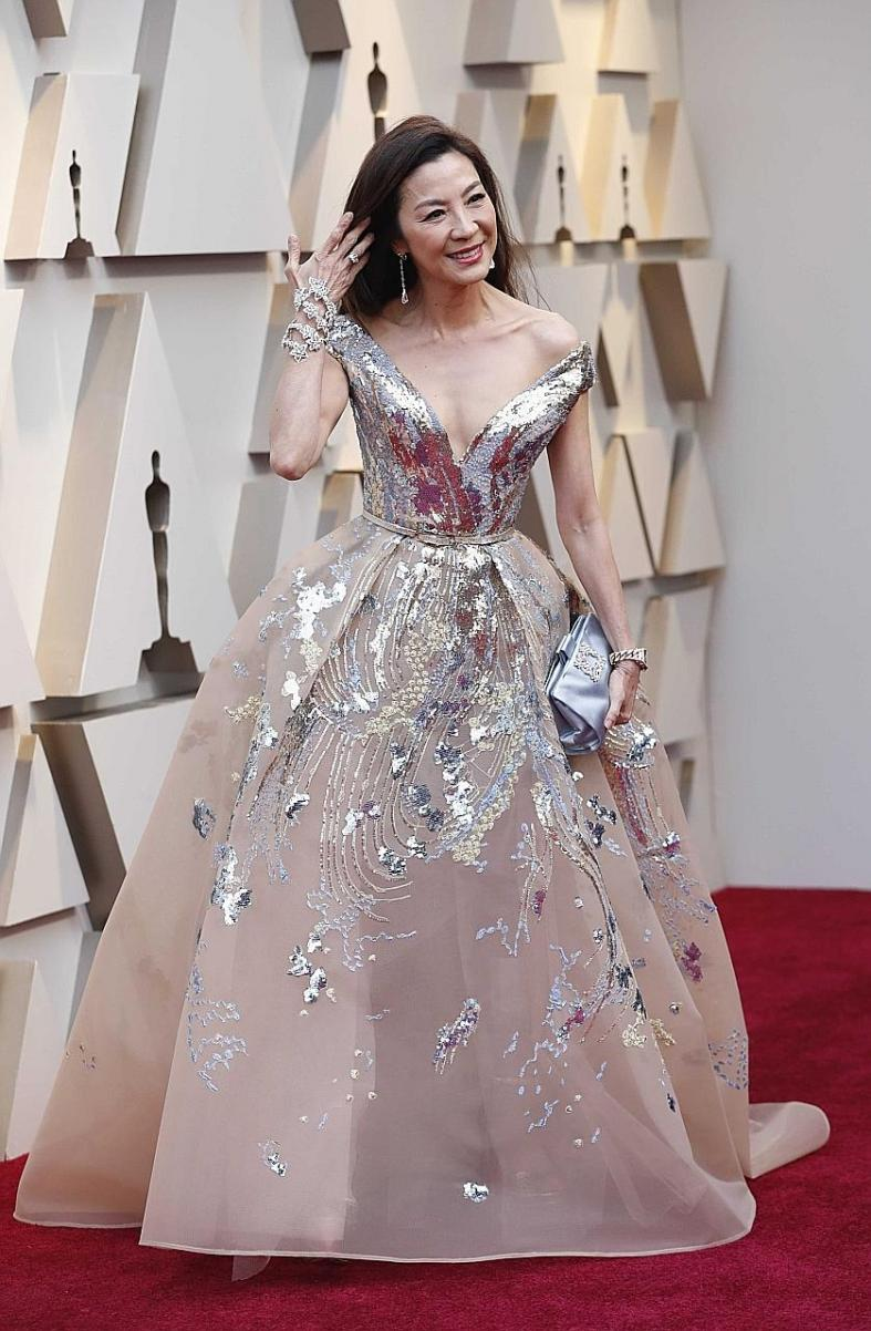Emma Stone slinks to success at Oscar red carpet