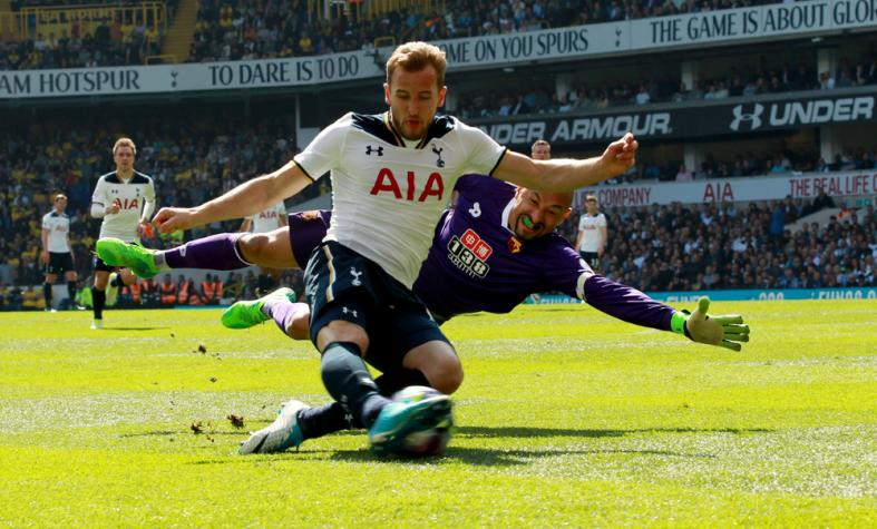 Spurs Harry Kane and Watford goalkeeper Heurelho Gomes in action