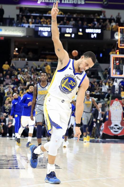 Curry sizzles as Warriors rout Pacers