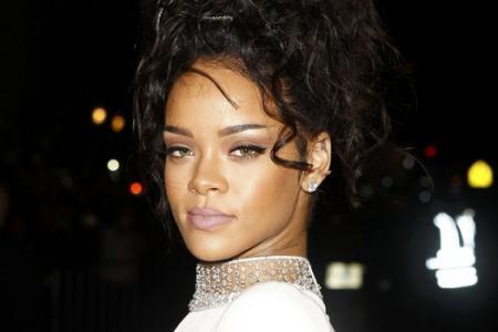 "Rihanna makes fun of fan wearing ""bat"" prom dress"