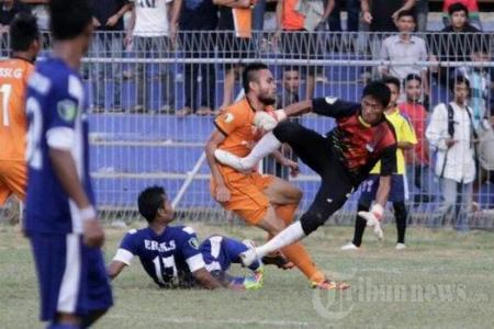 Footballer dies after horror tackle