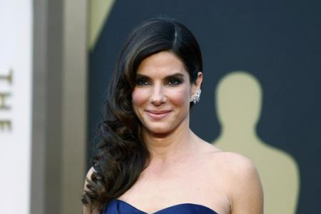 Sandra Bullock tells students to stop worrying and to not pick nose