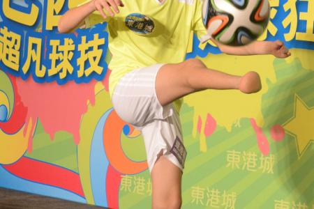 Boy with no feet shows superb soccer skills