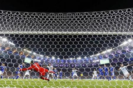 Argentina barely beats debutants Bosnia-Herzegovina