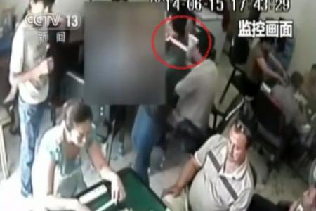 Video: Man attacks mahjong players with axe