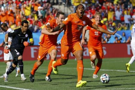 Netherlands grind out 2-0 win against Chile