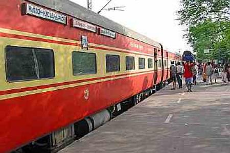 Train derails in India, killing 4