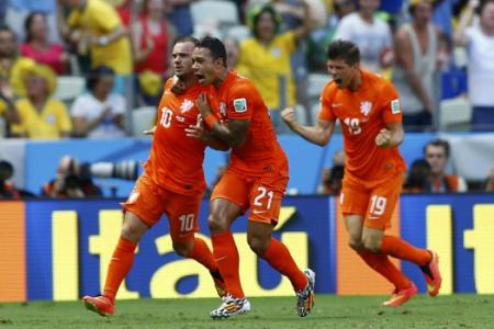 Netherlands scores two late goals to send Mexico home