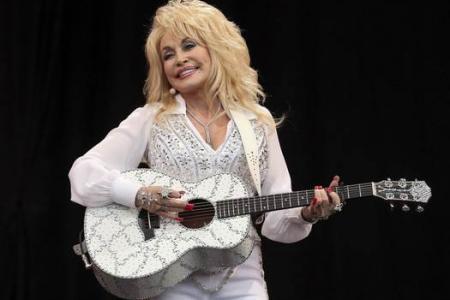 Dolly Parton draws biggest crowd at Glastonbury festival