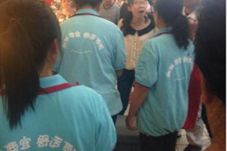 China mother scolds supermarket employee for stopping her child from peeing in store