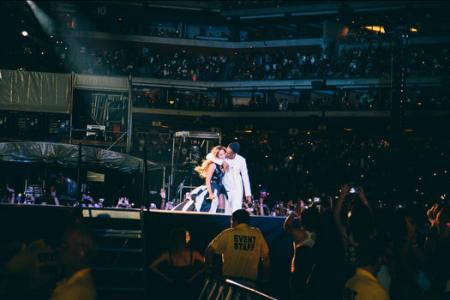 Jay Z smooches Beyonce amid cheating rumours