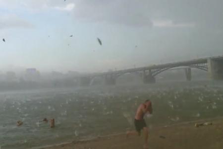 (Video) Hailstorm sends Siberian beachgoers fleeing in terror