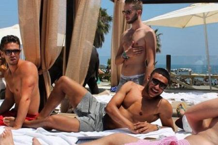 Oxlade-Chamberlain relaxes in Spain as Arsenal return to training