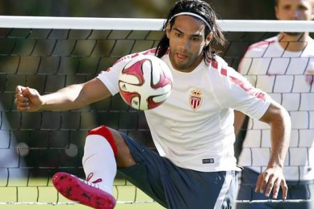 Falcao tries his hand at baseball and almost takes someone's head off