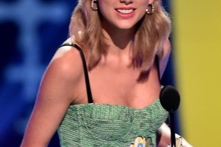 Sneaky Swift throws shade at ex-boyfriends at Teen Choice Awards