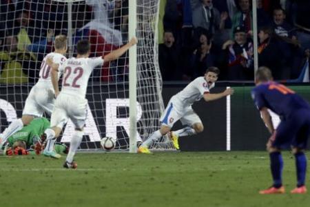 Euro 2016 qualifier: Dutch fall to late Czech winner
