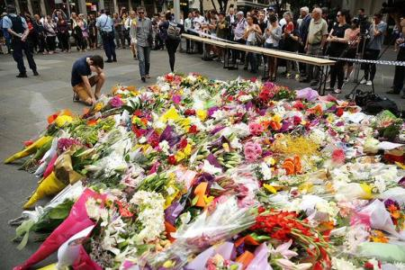 Sydney residents cause flower shortage as they pay tribute to victims of cafe siege