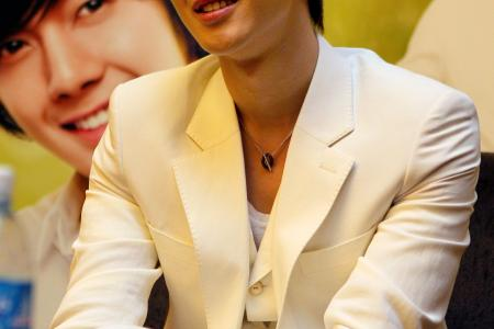 Korean heart-throb Kim Hyun Joong fined almost $7,000 for beating up girlfriend