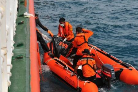 Indonesian official: Divers find body, likely to be AirAsia QZ8501 co-pilot