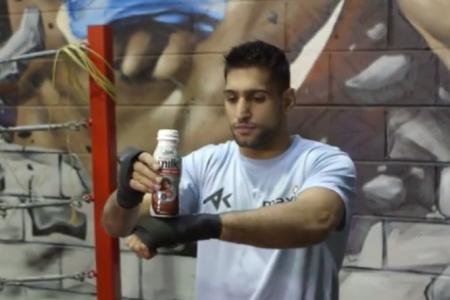 British boxer Amir Khan shows off juggling skills