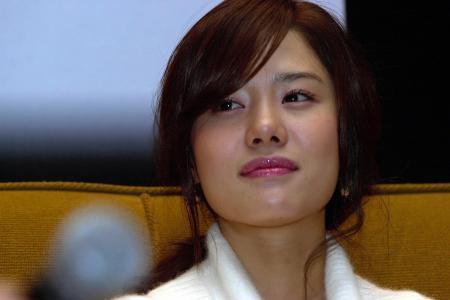 Korean actress volunteers in Nepal, gets caught in 2nd quake