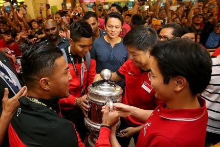 2,000 mob LionsXII on return from FA Cup win