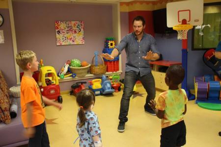 CHRIS PRATT SHOWS OFF DINO MOVES TO SICK KIDS