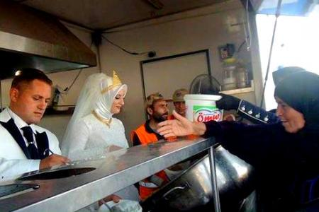 Bride and groom feed 4,000 refugees on wedding day