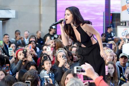 Gomez bags chart topper award