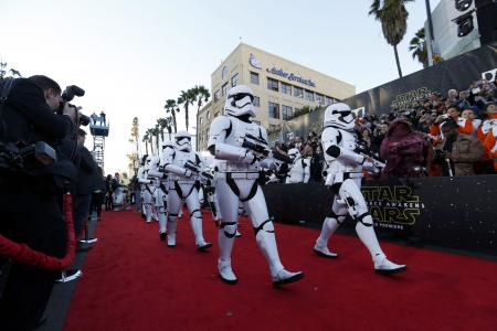 Star Wars: The Force Awakens premieres