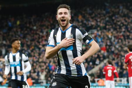 Late goal earns Newcastle a draw against Man Utd