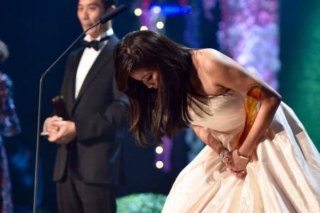 A remorseful Rui En apologises at Star Awards 2016