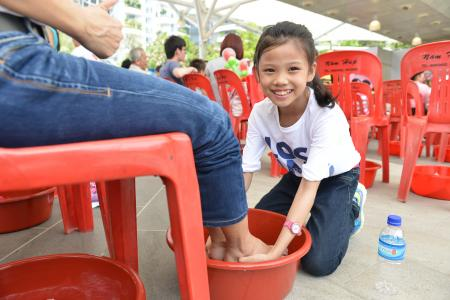 Kids wash mums' feet on Mother's Day