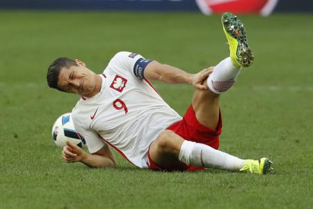 Poland win, but Lewandowski's slump continues