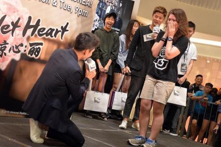 Kang Ha Neul meets fans for hugs, serenades and hair tying