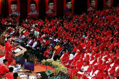 They cheer Najib, jeer Mahathir