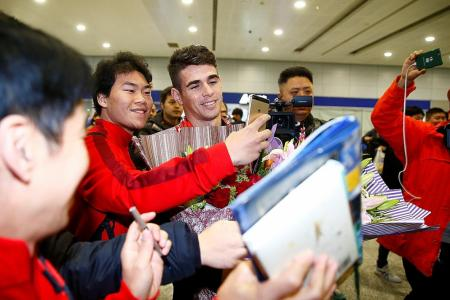 Record-signing Oscar arrives in Shanghai
