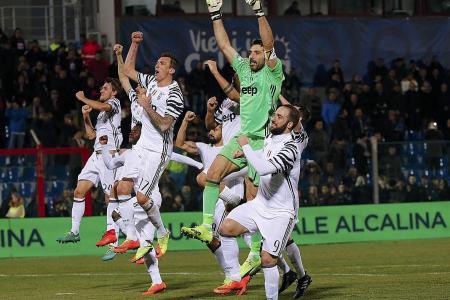 Juventus extend Serie A lead, 9-man Milan win