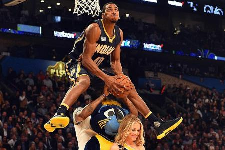 Robinson soars over three for slam dunk title