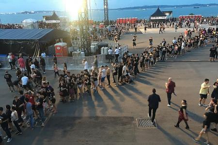 Guns N' Roses concert has its thorns