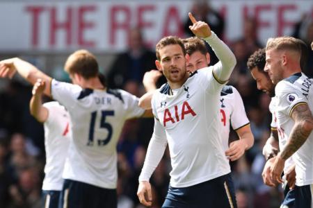 Tottenham Hotspur's Dutch striker Vincent Janssen (C) celebrates with teammates after scoring their fourth goal