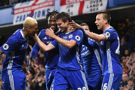 Cesar Azpilicueta (C) celebrates scoring with team mates