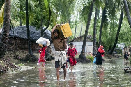 Cyclone Mora hits refugee camps in Bangladesh