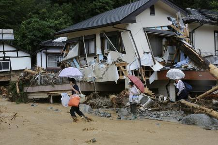 Japan floods: Rescuers rush to find missing people