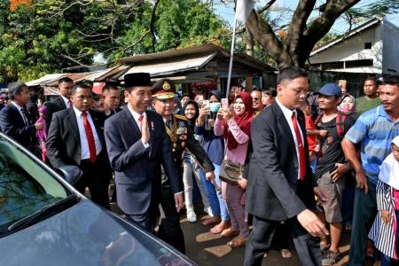 Traffic jam forces Jokowi to walk 2km to parade