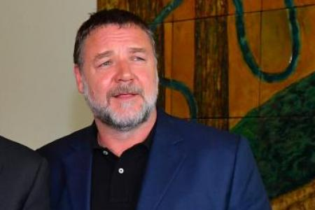 Crowe offers to house refugees