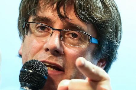 Sacked Catalonia leader, four associates turn themselves in