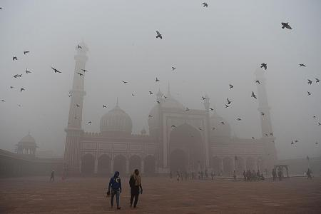Car use restricted as smog envelopes India and Pakistan