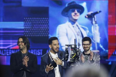 Show-stoppers, tributes at AMA